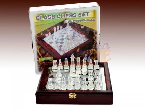 Стъклен шах с дървена кутия